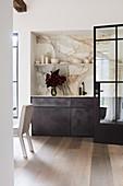Blick auf elegante Küchenzeile mit Marmor-Rückwand in offenem Wohnbereich