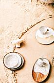 Geschirr auf Sand-Tisch