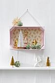 3D-Wandbild in einer rosafarbenen Obstkiste mit Weihnachtsdeko