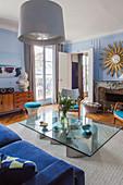 Vintage-Designermöbel im Wohnzimmer eines Pariser Altbaus