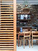 Blick ins rustikale Esszimmer mit Natursteinwand