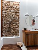 Offene und ebenerdige Dusche mit Natursteinwand