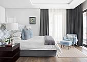 Elegantes Schlafzimmer in Hellblau, Weiß und Grau, mit Bad Ensuite