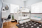 Weißes Stockbett mit Bettkasten im Kinderzimmer