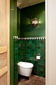 Toilette mit orientalischer Wandgestaltung in Grün