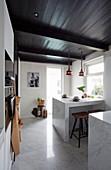 Essplatz in der modernen Landhausküche mit Marmor