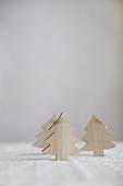 Drei Deko-Tannenbäumchen aus Holz