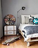 Paletten-Bett auf Rädern, Vintage Accessoires und Skateboard in Jungenzimmer