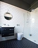 Bad in Schwarz-Weiß mit Wabenfliesen und ebenerdiger Dusche