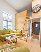Leiter zur Zwischenebene im offenen Wohnraum