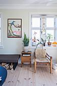 Vintagemöbel im Wohnzimmer mit hellem Holzboden
