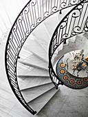 Elegante Wendeltreppe aus Marmor, Blick auf Marmortisch