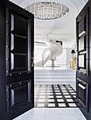 Blick in elegante Halle mit Marmorfliesen und Wendeltreppe