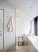 Blick auf Stuhl und Waschtisch im Badezimmer
