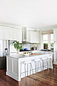weiße Küche im amerikanischen Landhausstil mit dunklem Holzboden