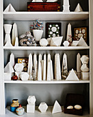 Sammlung an Obelisken und geschliffenen Steinen in einem Regal