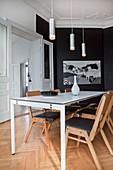 Elegantes, schwarz-weißes Esszimmer in Altbauwohnung