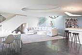 Luxuriöses Wohnzimmer ganz in Weiß mit rundem Sofa