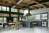 Offene Wohnküche im Industriestil mit hoher Decke