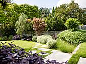 Elegant angelegter Garten mit Rasenfläche