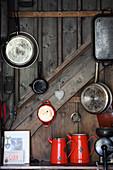 Küchenutensilien in Berghütte