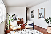Armlehnstühle mit Polsterauflage und Zimmerpflanzen in hellem Zimmer