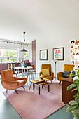Retrosessel im offenen Wohnraum in Gewürzfarben