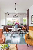 Offener Wohnraum mit hellblauem Boden