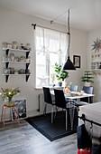Esstisch in der Wohnküche in Schwarz-Weiß