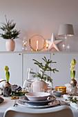 Weihnachtlich dekorierter Tisch in Grautönen