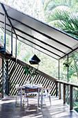 Esstisch mit Stühlen auf der Terrasse