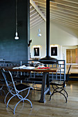 Esstisch mit schwarzen Stühlen in offenem Wohnraum