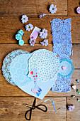 DIY-Geschenkideen für Muttertag mit Leinwandherz, Tortendeckchen und Kinderfoto