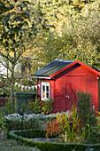 Mit Wimpeln geschmückte Kleingartenlaube im Herbst