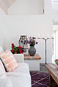 Mediterranes Wohnzimmer mit gemauertem Vorsprung