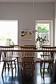 Sprossenstühle am Holztisch im Esszimmer mit Gartenzugang