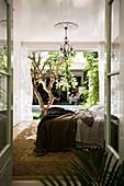 Doppelbett im Schlafzimmer mit Terrassenzugang