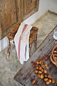 Handtuch überm alten Hocker mit abgenutzter Farbe