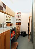 Längs angeordnetes Badezimmer mit Waschtisch, recycelte Plastikeimer in Wandnischen