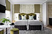 Olivgrüne Akzente in elegantem Schlafzimmer