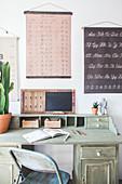 Altes, grün gestrichener Schreibtisch aus Holz