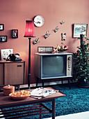 Fünfziger Jahre Wohnzimmer mit Fernsehgerät und Couchtisch