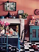 Gedeckter Tiisch in Esszimmer mit 60er-Jahre Einrichtung