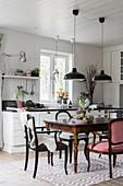 Antik Esstisch mit Stühlen in weißer Wohnküche