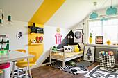 Farbige Akzente an den Wänden im bunten Kinderzimmer