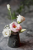 Kleiner Blumenstrauß in Vintage Kännchen