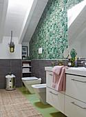 Badezimmer mit weißer Waschtisch und grüner Tapete im Dachgeschoß