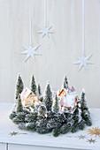 Mini Winterlandschaft mit kleinen Häuschen und Modellbau-Bäumen