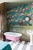 Bad mit Flamingo-Tapete und halbhoher Kassettenverkleidung