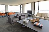 Moderner Wohnraum mit Fensterfront und Panoramablick